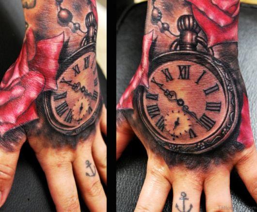 tatuagem na mão masculina de relógio