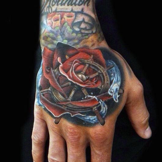 tatuagem na mão de rosa