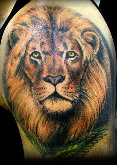 Tatuagem realista de leão