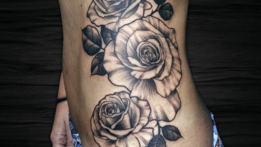 Tatuagem realista de rosa