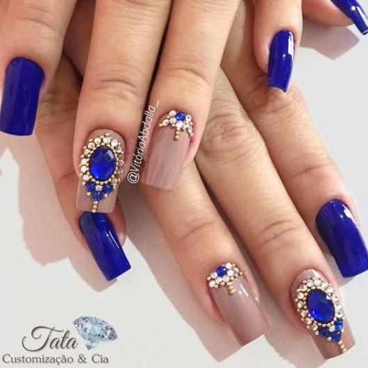unhas azul royal