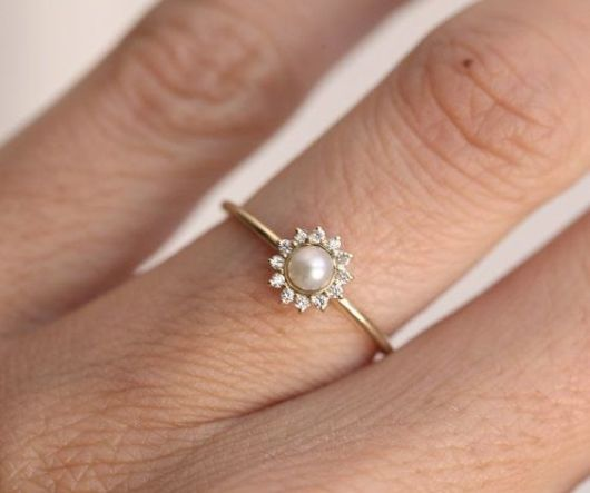 anel de pérola com diamantes
