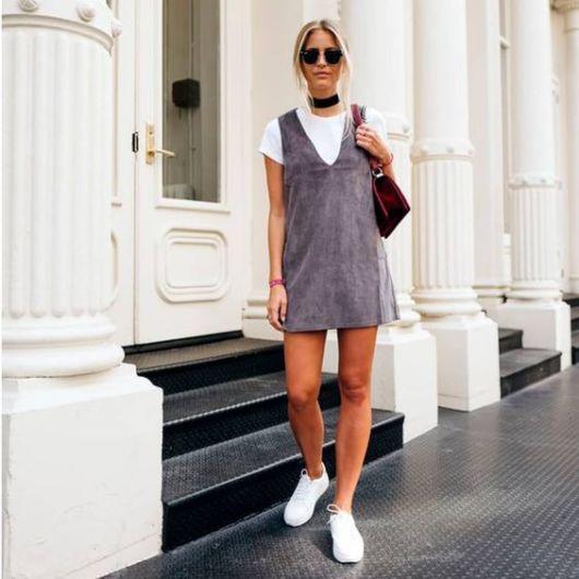 look vestido de veludo cinza