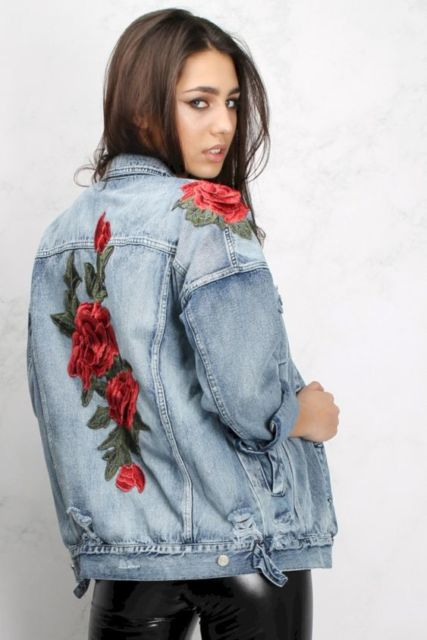 look com jaqueta bordada com rosas
