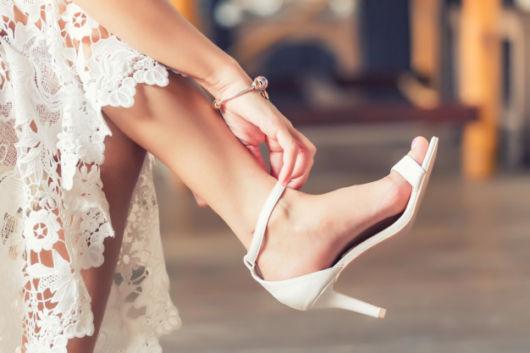 sandália branca com salto baixo