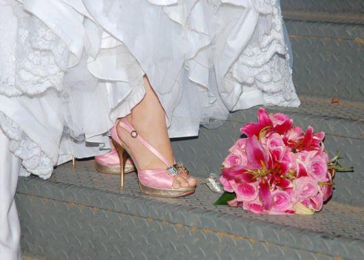 buquê com flores cor de rosa
