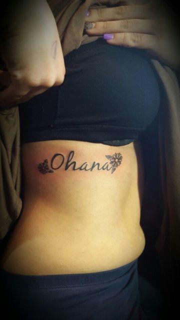 tatuagem costela com flores