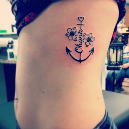 tatuagem âncora com flores