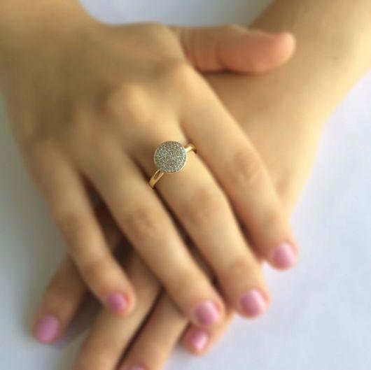 anel dourado com brilhantes
