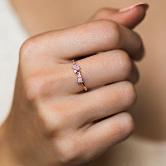 anel de ouro com pedras