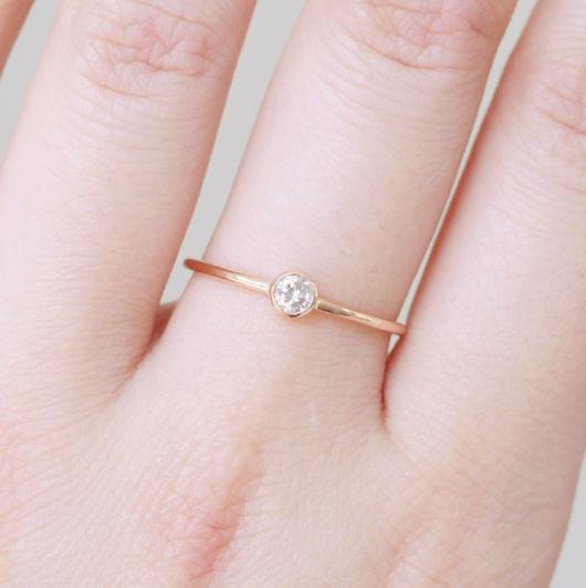 anel delicado com brilhante