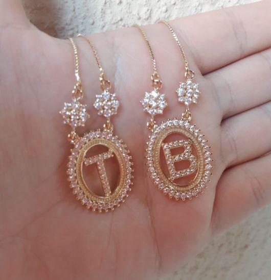 colar de letra cravejado dourado B e T