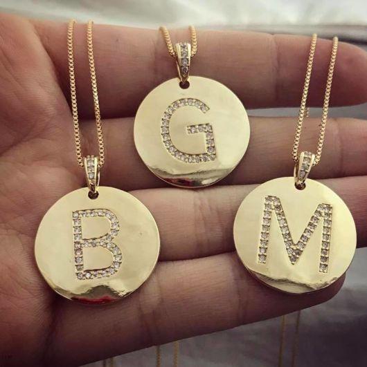 colar de letra cravejado dourado lindo