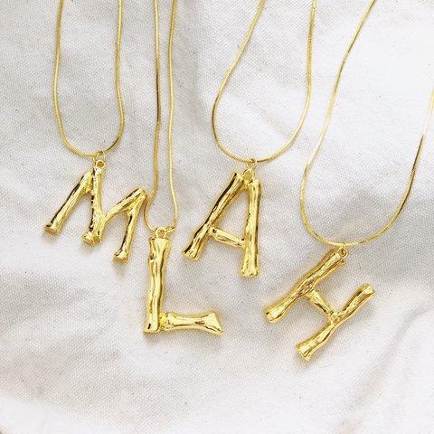 colar de letra simples dourado