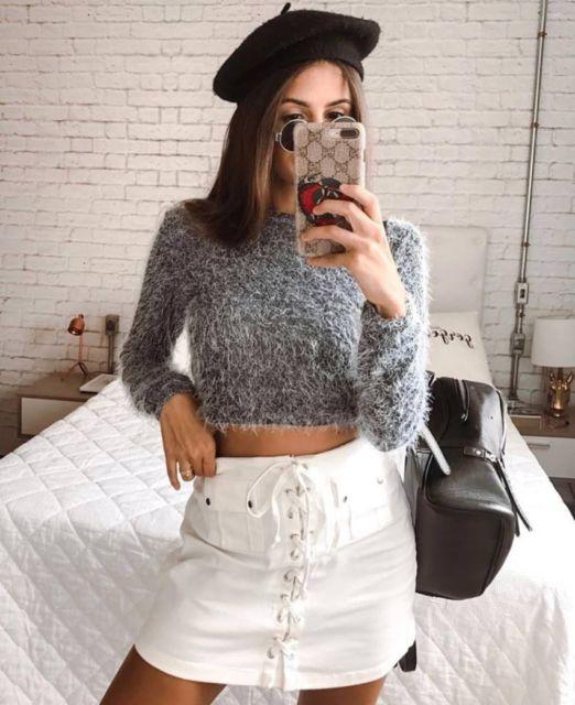 cropped de pelinho com saia jeans branca