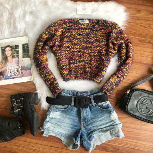 cropped de pelinho com short jeans curto