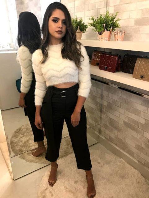 cropped de pelinho branco com calça preta