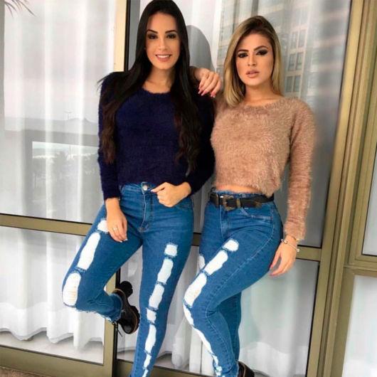 cropped de pelinho com calça jeans azul