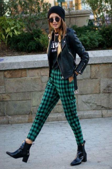 estilo punk com calça xadrez e jaqueta