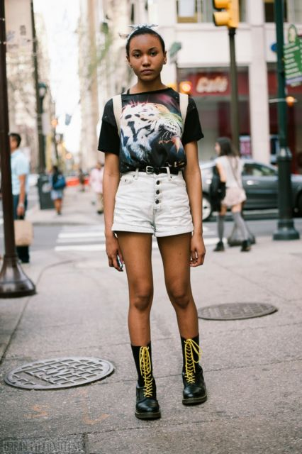 estilo punk com short branco e camiseta colorida