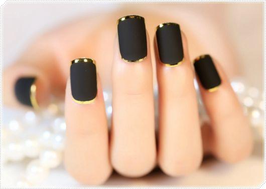 francesinha dourada com esmalte preto