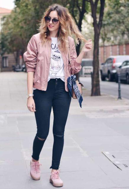 jaqueta rosa com calça jeans destroyed