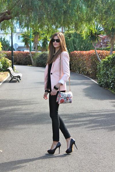 jaqueta rosa com calça preta justa
