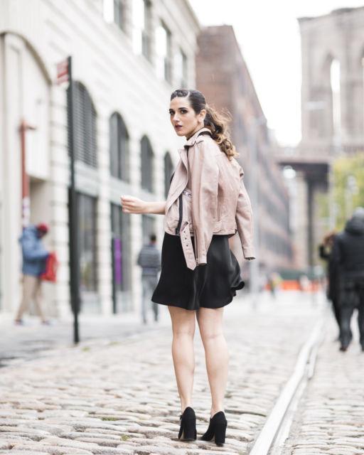 jaqueta rosa com saia preta