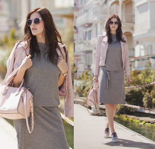 jaqueta rosa com vestido cinza