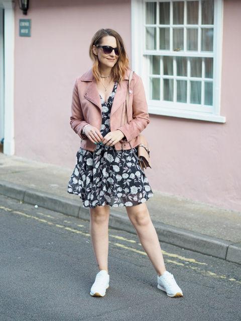 jaqueta rosa com vestido estampado