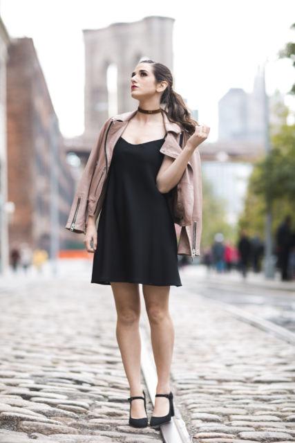 jaqueta rosa com vestido preto