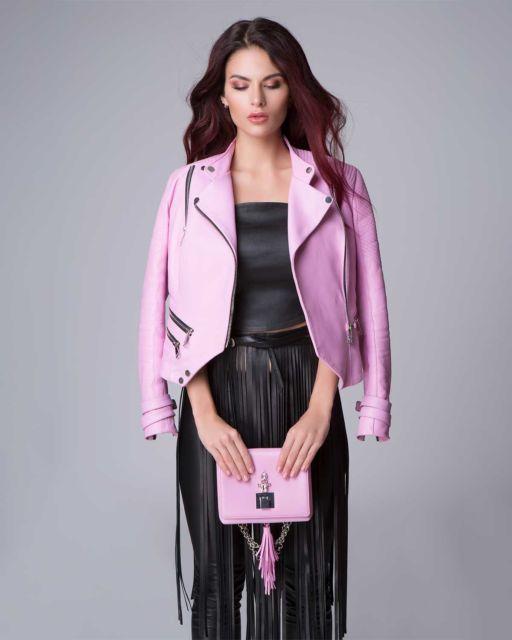 jaqueta rosa com calça de couro