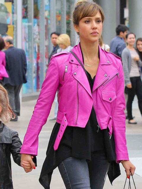 jaqueta rosa com calça jeans azul