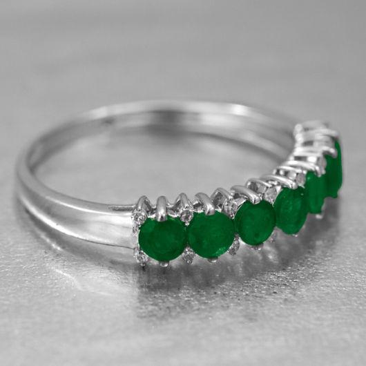 anel de ouro branco e esmeraldas