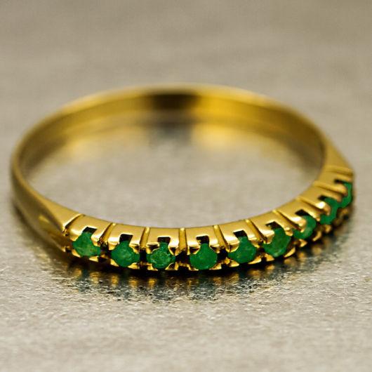 anel em ouro amarelo com esmeraldas