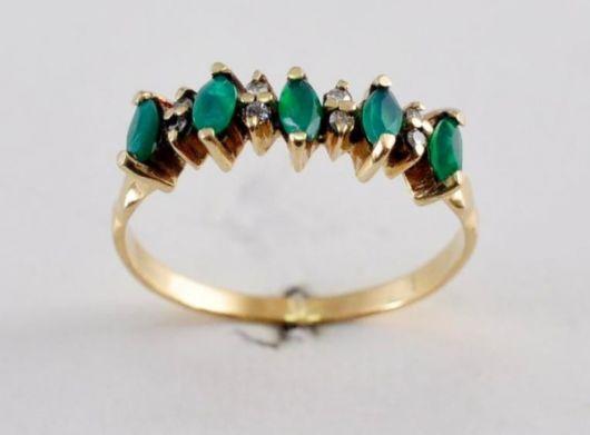 anel com diamantes e esmeraldas