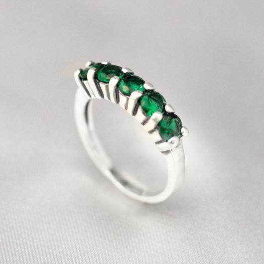anel feminino com esmeraldas