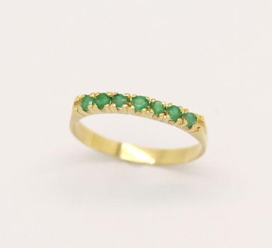 anel feminino com pedras verdes