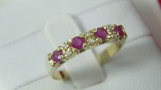 anel com pedras preciosas