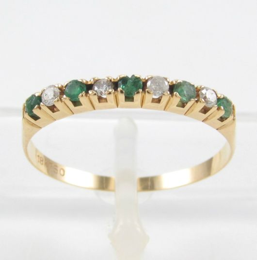 anel cravejado com pedras
