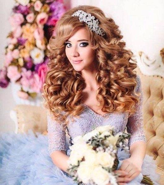 Penteado de princesa: cabelo cacheado solto com coroa