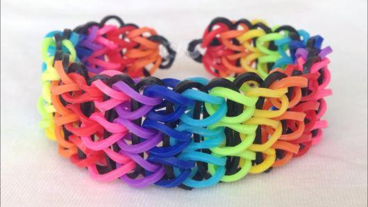 pulseira de elástico preto e cores do arco iris