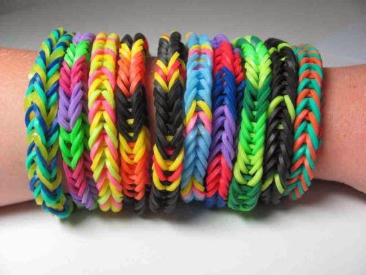 pulseira de elástico colorida entrançada