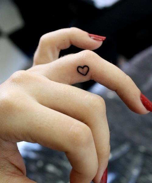 tatuagem dedo coração