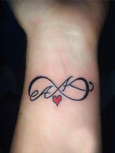 tatuagem com iniciais