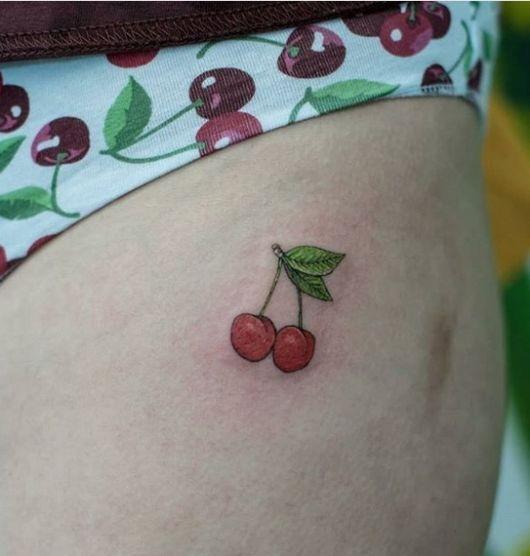 tatuagem colorida virilha