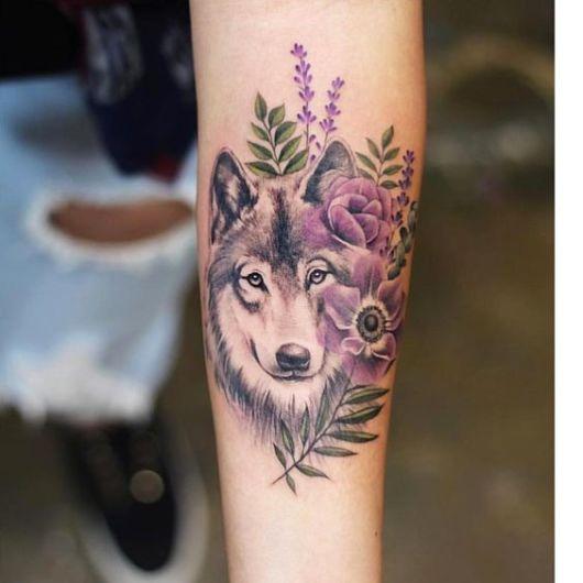 tatuagem lobo com flores