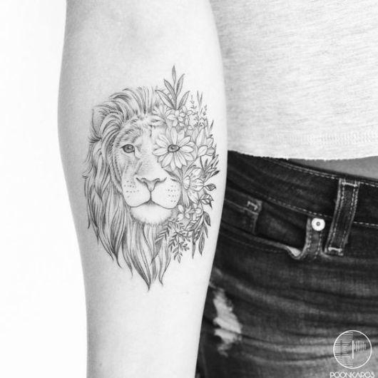 tatuagem leão com flores