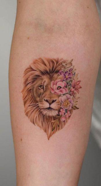 tatuagem colorida leão com flores