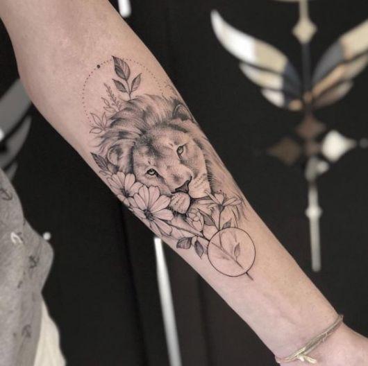 tatuagem leão com flores moderna